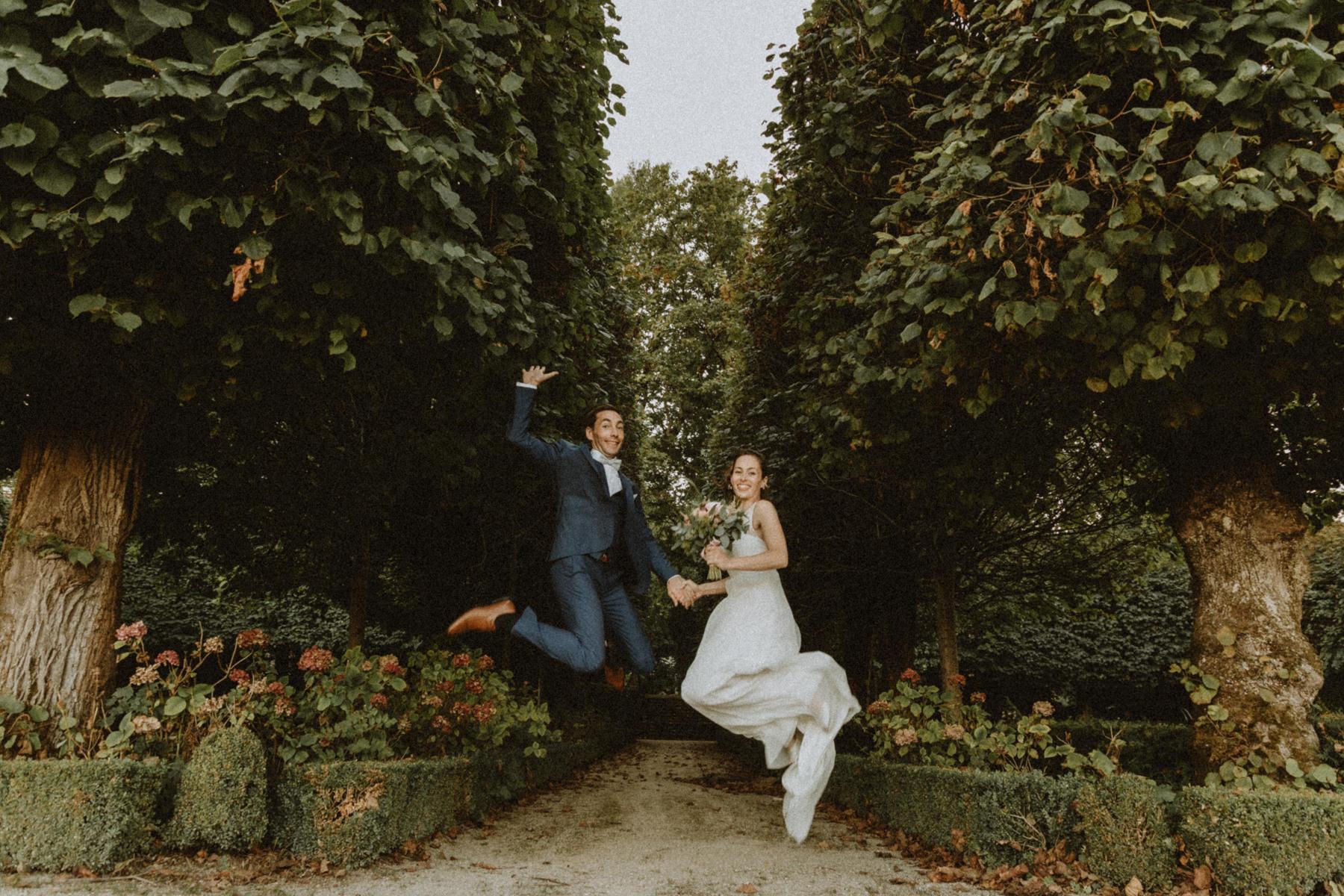 mariés qui sautent en l'air dans les jardin du chateau de Boucq