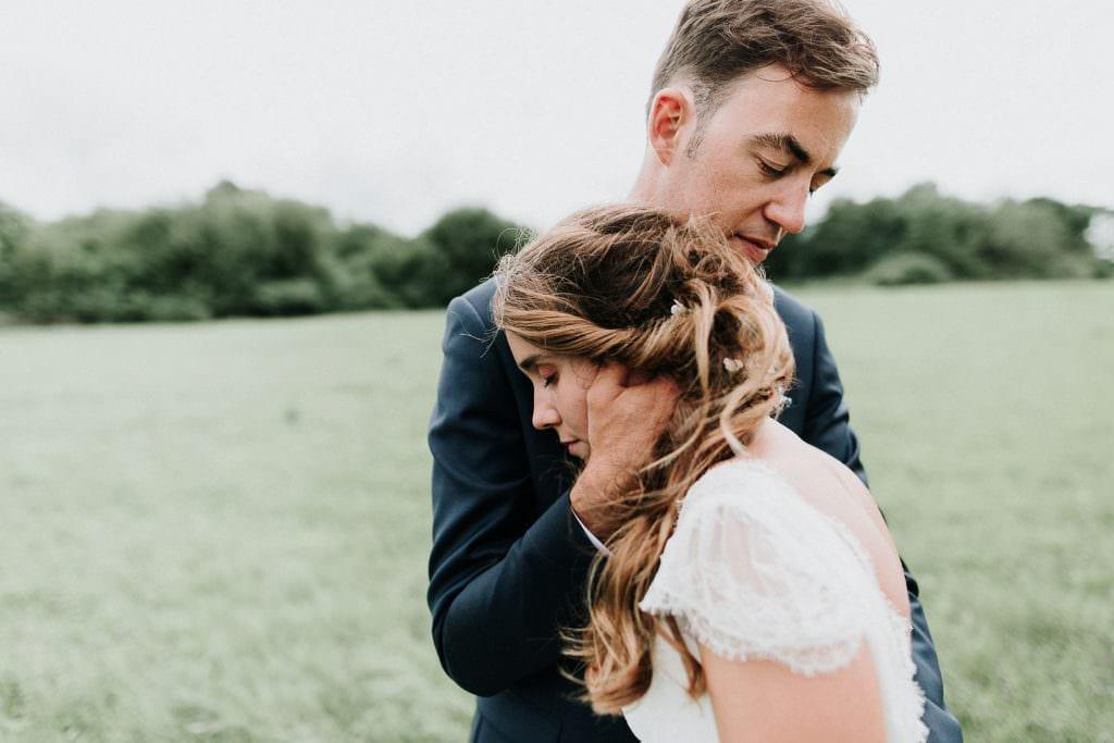 mariés dans un champ au domaine du feyel
