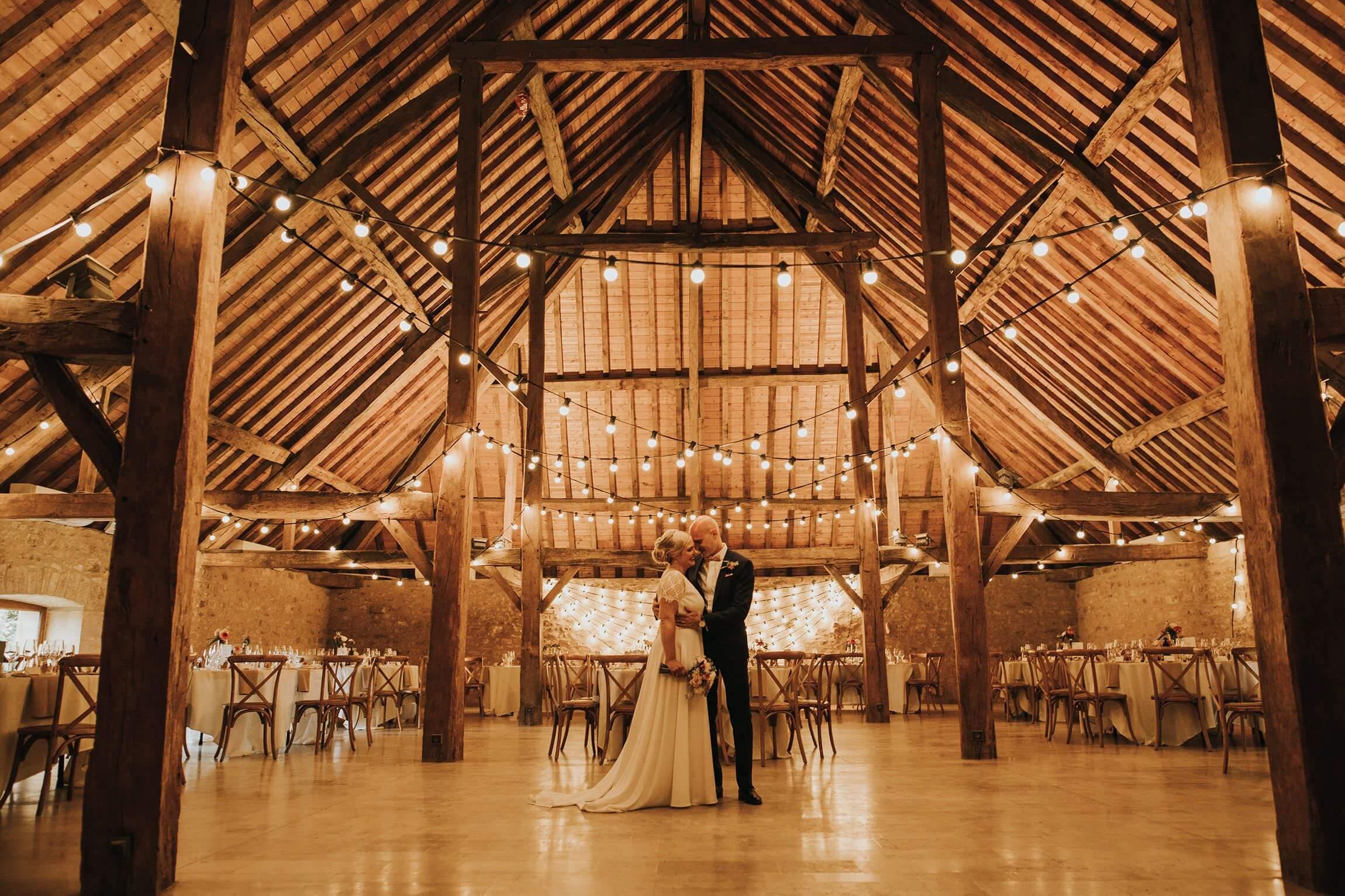 couple de mariés dans la salle de reception du Clos de Lorraine a Cons la grandville