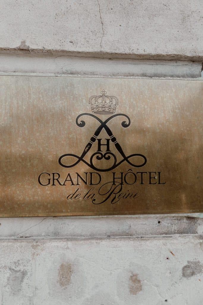 gros plan sur la plaque de l'hotel de la reine de nancy