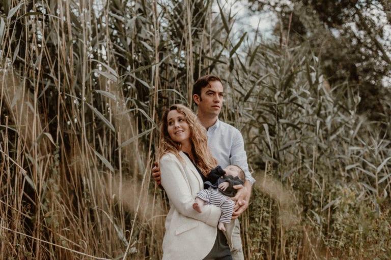 portrait d'un couple avec un nouveau né dans un jardin de Metz