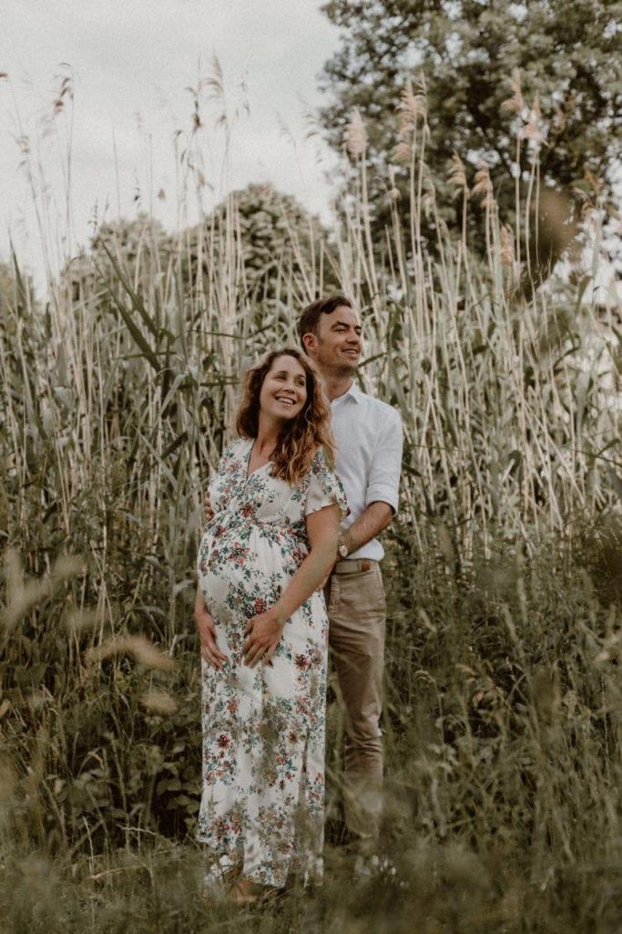 portrait d'un couple avec femme enceinte dans un jardin à Metz
