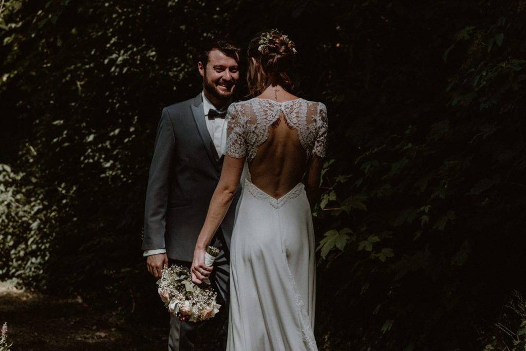 marié qui découvre sa mariée pour la premiere fois dans sa robe