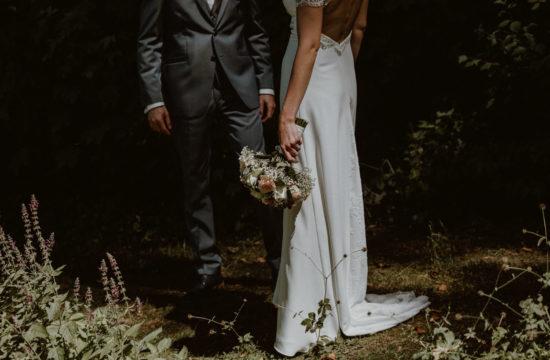 detail de robe de mariée et de costume de marié