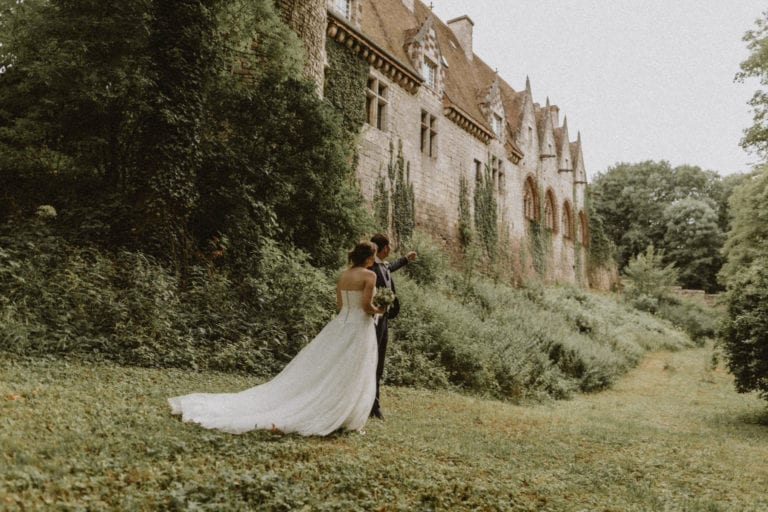 couple de mariés derrière le chateau d'hattonchatel