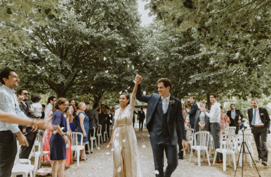 mariés à la fin de la cérémonie laïque dans les jardins du chateau de Vandeleville