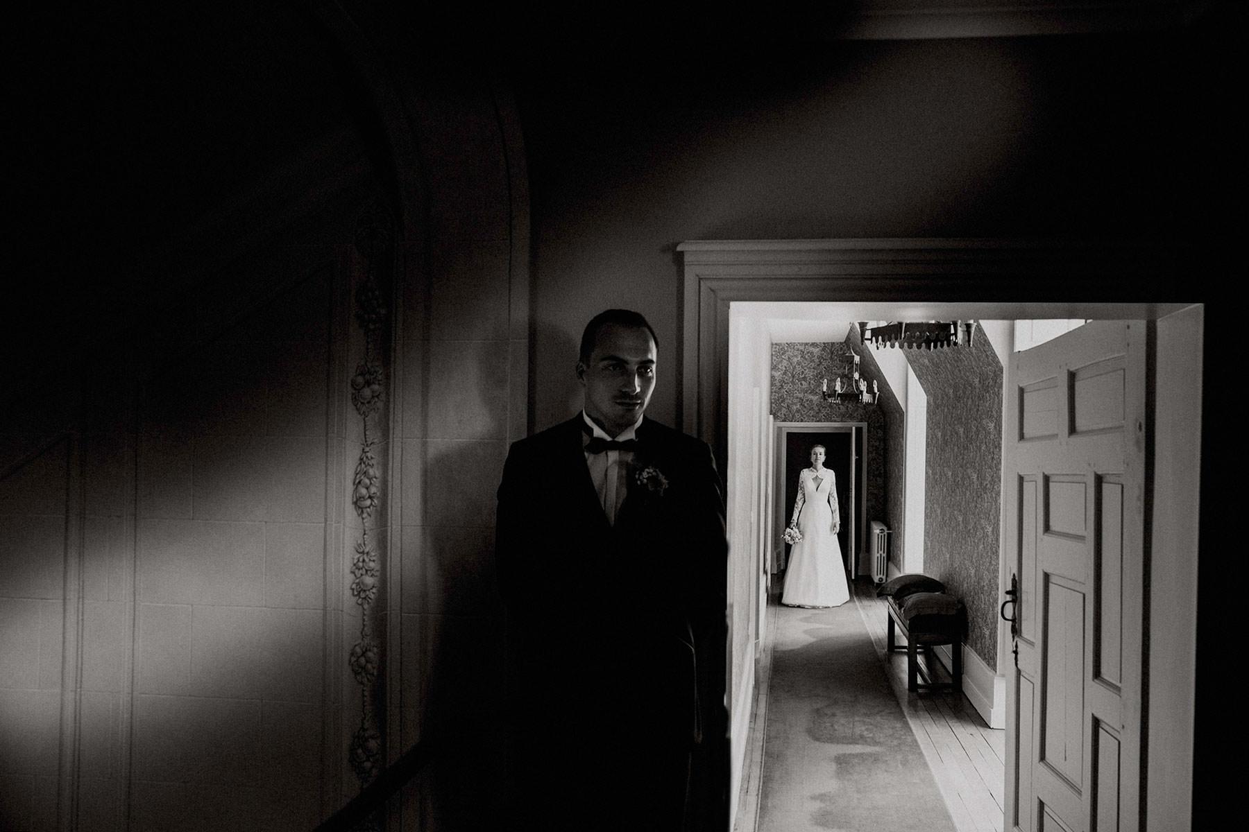 marié qui attend la mariée dans le couloir du chateau des Grotteaux à Blois