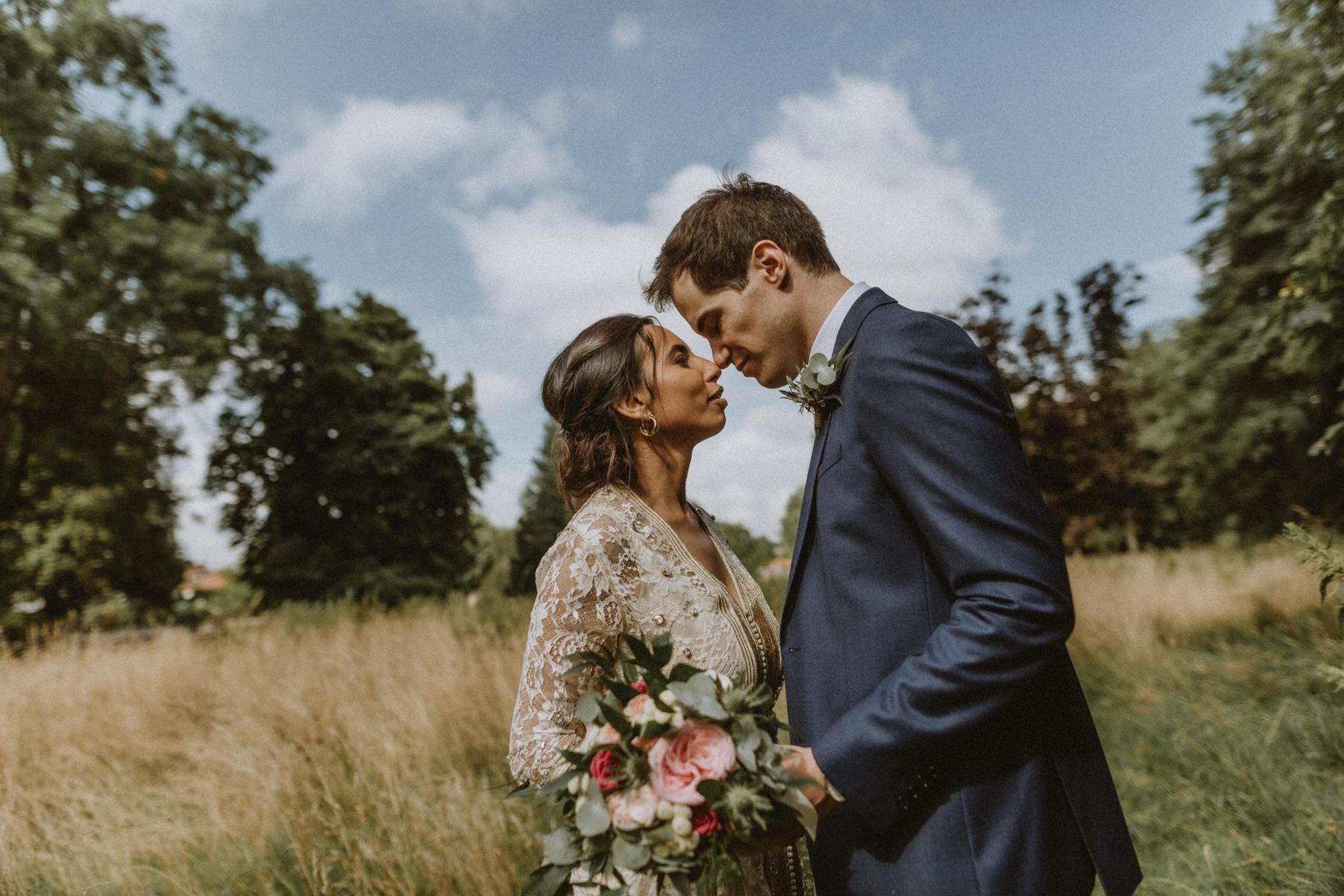 couple pendant mariage au chateau de Vaugrigneuse